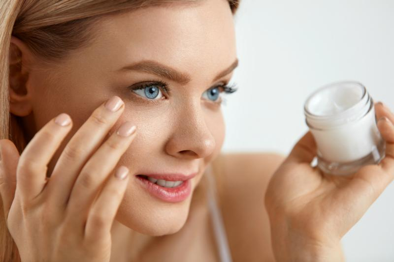 Frau bei der Augenpflege