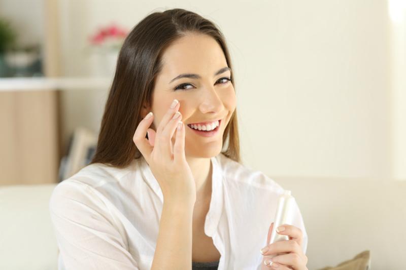 Mit den richtigen Pflegeprodukten können Sie trockene Haut gut pflegen und zu neuem Glanz verschaffen