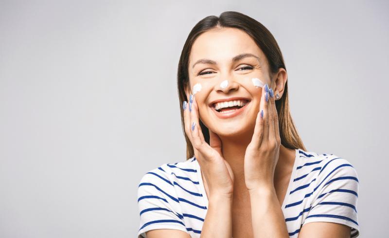 Silikone sind synthetische Stoffe, die in vielen Kosmetikprodukten zum Einsatz kommen