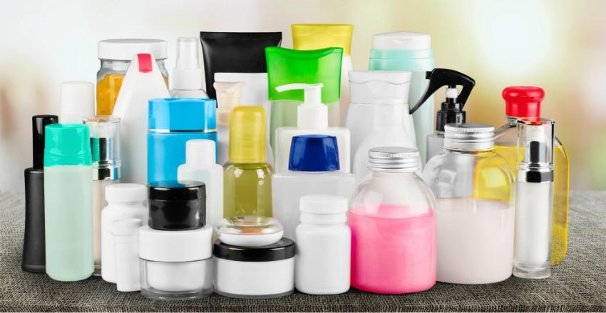 In vielen herkömmlichen Pflegeprodukten ist Mikroplastik