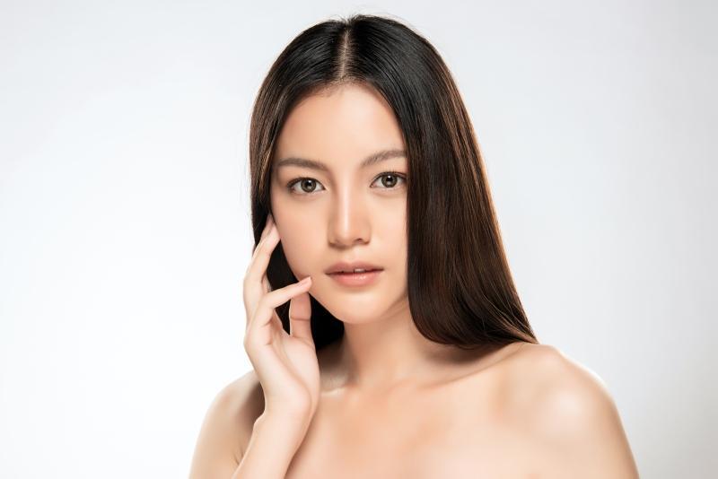 Asiatische Frau mit sauberer frischer Haut