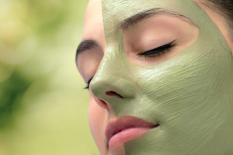Frau mit kosmetischer Meerespflanzenbehandlung im Gesicht