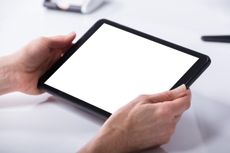 Frau verwendet digitales Tablet