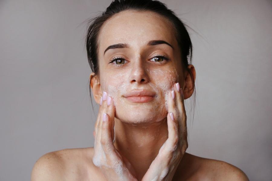 Regelmaessige Reinigung fuer ein schoenes Hautbild Haut reinigen