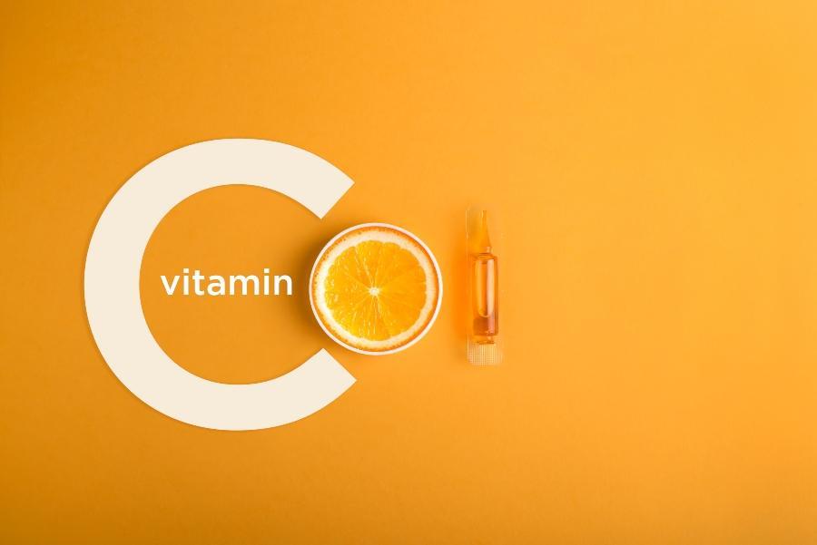 Serum und Kosmetika mit Vitamin C