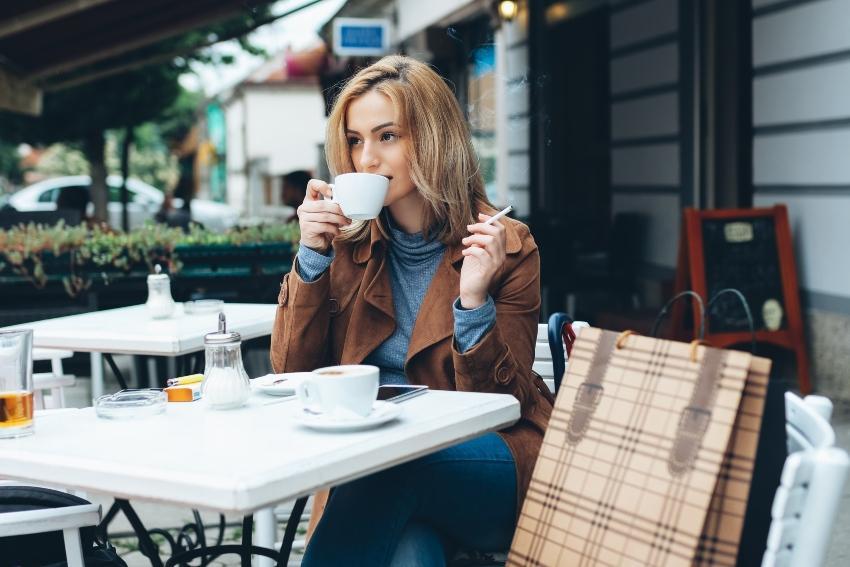 Frau mit Kaffee und Zigarette